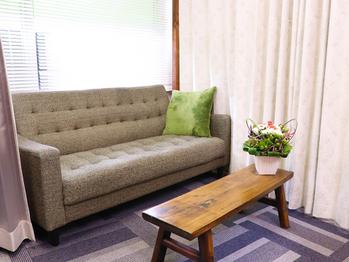 ソファーと花の乗った小さい机